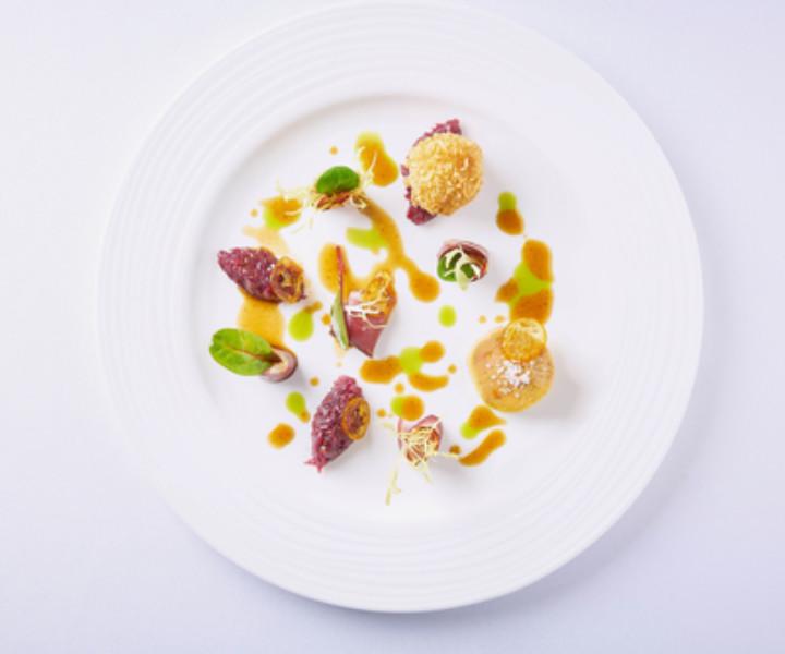 Mallorca se caracteriza por su multiculturalidad y por su capacidad de evolucionar a través del tiempo, virtudes que le han permitido desarrollar una oferta gastronómica única, capaz de conquistar los sentidos de los más exigentes a través de sabores y experiencias.