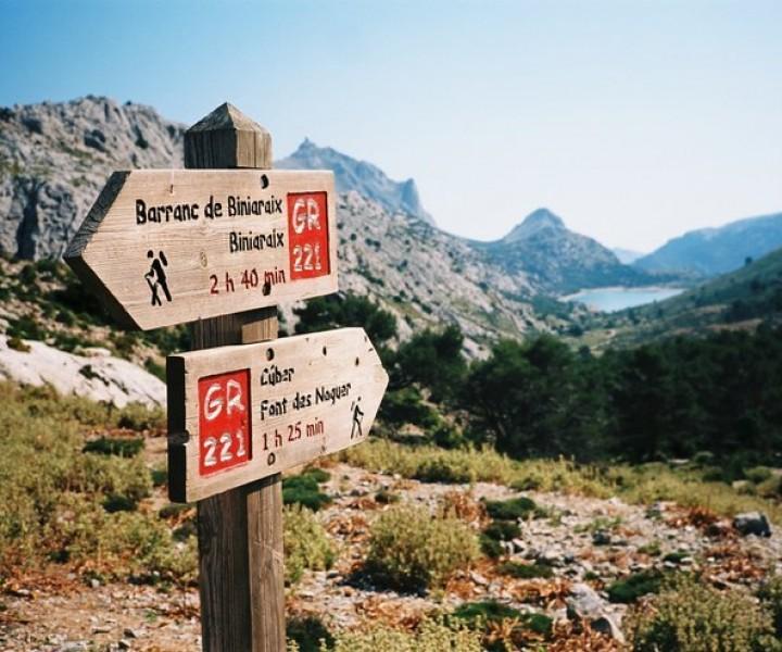 Respirar aire fresco, vistas increíbles, el aroma de la flora autóctona, la curiosidad, el deleite, la aventura y los descubrimientos son algunas de las cosas que podrás apreciar practicando senderismo en las Baleares, sea en Mallorca, Menorca, Ibiza o Formentera.